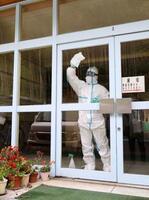 児童の新型コロナウイルス感染が確認された、市立小学校で行われた消毒作業=3日午後、北九州市