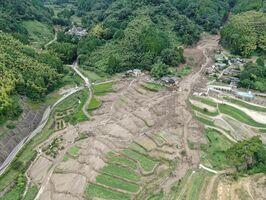 連日降り続いた大雨の影響で土砂崩れした山間部の斜面=15日午後1時5分ごろ、神埼市神埼町志波屋(ドローン空撮)