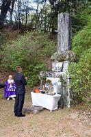 吉村新兵衛顕彰碑の前で手を合わせる参加者=嬉野市嬉野町不動山地区