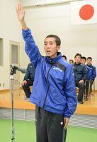 力強く選手宣誓する白石高の牧瀬圭斗=佐賀市の県スポーツ会館