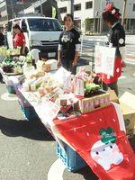 自ら企画したマルシェで、野菜や果物などを販売する「カチカチ農楽が~る」のメンバー