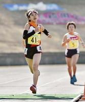 ゴールする武雄のアンカー・山下真央(左)=滋賀県希望が丘文化公園