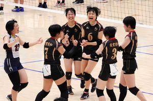 バレーボール女子予選グループ戦第6組・清和-開智(和歌山) 第2セット、リードを広げてコート上で笑顔を見せる清和の選手たち=三重県津市のサオリーナ