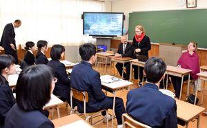 VTTのメンバーと佐賀商業の生徒たちでバイオエコノミーに関するワークショップが開かれた=佐賀市の同校