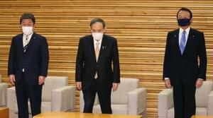 閣議に臨む菅首相。左は茂木外相、右は麻生財務相=26日午前、首相官邸