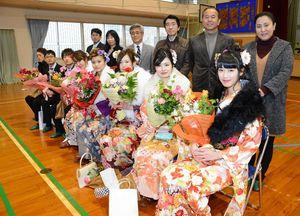 成人式後に旧仮屋小の体育館に集まった当時の6年生と教員ら=東松浦郡玄海町