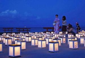 海中鳥居と灯籠の光の幻想的な雰囲気を味わう人たち=太良町
