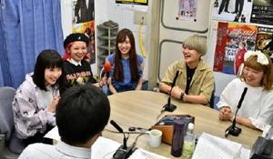 ラジオ番組で、映画出演のきっかけなどを語るたんこぶちんの5人=佐賀市のNBCラジオ佐賀
