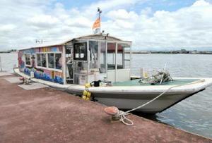 筑後川昇開橋クルーズに使われた「千歳丸」。船体には、佐賀北高と佐賀女子高の美術部員によるイラストが施されている