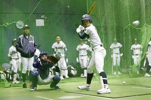 室内練習場で打撃練習する伊万里ナイン=甲子園