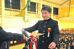 卒業証書を受け取る卒業生=佐賀市の諸富中学校