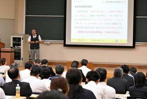 「各企業の魅力をアピールして」と呼び掛けた参加企業向けの説明会=7月、佐賀市の佐賀大本庄キャンパス