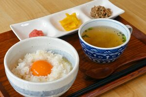 スープと付け合わせ3品が付いた卵かけご飯