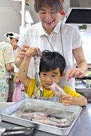 佐賀のニュース イカの料理に挑戦「海と日本さばける塾」