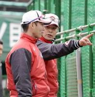 選手の動きを確認する緒方孝市監督(右)と迎祐一郎打撃コーチ=宮崎県日南市の天福球場