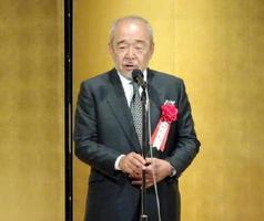 菊池寛賞の贈呈式で受賞の喜びを語る作家の北方謙三さん=東京・内幸町の帝国ホテル