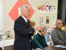 相手候補の当確を受け、今回の選挙戦を振り返る今田真人さん(左)=16日午後8時13分、佐賀市神野東の事務所