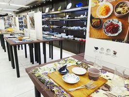 有田焼を使ったテーブルコーディネートを展示し、新しい有田焼の魅力を提案している=東京・西池袋の東武百貨店池袋本店