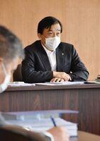 多久市の対策本部会議で、学校再開などの考えを述べた横尾俊彦市長=市役所