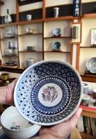 山口英治さんが妻に頼まれて制作した菓子鉢。七宝つなぎ紋(上部)など、絵柄は自分好みに仕上げた