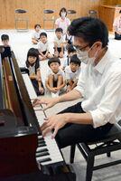 ピアノの演奏に聞き入る子どもたち=佐賀市の龍谷こども園