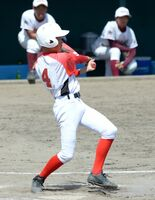 軟式野球決勝・西有田-城北 6回表西有田2死満塁、代打飯田憲人が適時二塁打を放ち、4-0とリードを広げる=武雄市の白岩球場