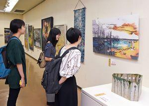 展示作品を鑑賞する来場者=佐賀市の県立美術館
