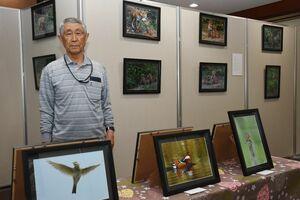 野鳥とキツネの写真展を開いている福田司さん=唐津市の旧唐津銀行地階ギャラリー