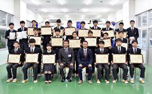 3級自動車整備士の国家試験に合格した敬徳高自動車整備科の3年生=伊万里市の同校
