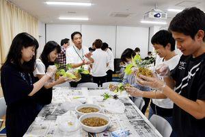 認知症カフェで取り組むレクリエーションとしてこけ玉作りを体験する参加者=佐賀市の佐賀メディカルセンター