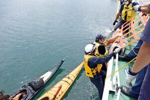 シーカヤックの転覆により海中に転落した男性を救助する訓練=唐津市二タ子