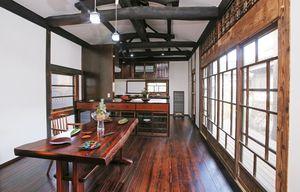 漆塗りが生かされた台所