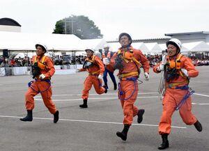 「障害突破」でゴールまで全力で走り抜ける消防隊員=佐賀市の県消防学校