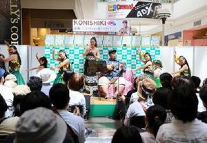 ハワイアンな雰囲気の楽曲を披露する小錦八十吉さんと千絵さん(中央)。地元のフラダンス教室の子どもたちもステージを盛り上げた