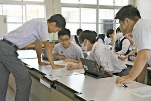 生徒会で集まった標語から掲示作品を選ぶ=佐賀工業高
