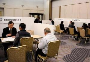 説明会では、各企業の人事担当者が60歳以上の求職者に働きやすさなどをアピールした=佐賀市のグランデはがくれ