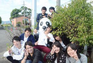 佐賀コンピューター専門学校のパンダと学生=佐賀市兵庫町の佐賀コンピューター専門学校