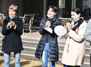 手作りの恵方巻きをほおばる西九州大短期大学部の学生たち=佐賀市神園の同大