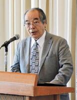 「世界激変、どうなる日本の景気」を演題に講演する経済ジャーナリストの大西良雄さん=唐津市の唐津シーサイドホテル