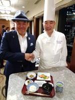 1日からホテルで提供される有田焼を使った朝食を考案した市川博史総料理長(右)と食ライターのマッキー牧元さん=東京・新宿の京王プラザホテル