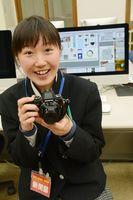 取材で使うカメラを手にする池田紘菜子さん=有田町の有田工業高