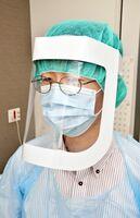佐賀大学医学部附属病院とサガシキが共同開発した紙製のフェイスシールド=佐賀市の同病院
