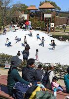 3連休初日を迎え、山型トランポリンがある遊び場からは、子供たちのにぎやかな声が響いた=神埼市郡の吉野ケ里歴史公園