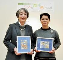 年間大賞に輝いた岩永初惠さん(左)と南里幸子さん=佐賀市天神の佐賀新聞社ギャラリー