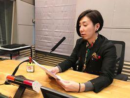 ラジオ番組の収録をする冨永ボンドさん=福岡県のRKBラジオ