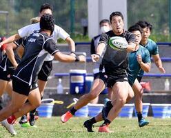 ラグビー7人制男子日本代表候補の練習試合でパスを出す本村=東京都府中市