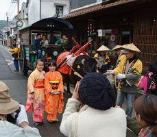 着物姿の子どもたちを、牛車とともに写真に収める保護者ら=有田町内山地区