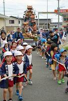 徳須恵祇園祭で、「子ども山笠」を曳く子どもたち=唐津市北波多徳須恵