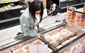 肉の冷蔵温度を確かめる食品衛生監視員=佐賀市のレッドキャベツ多布施店