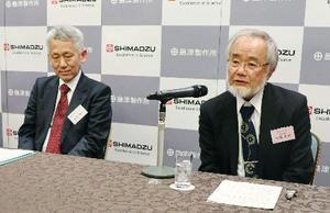 記者会見する大隅良典・東京工業大栄誉教授(右)と田中耕一・島津製作所シニアフェロー=9日午後、京都市